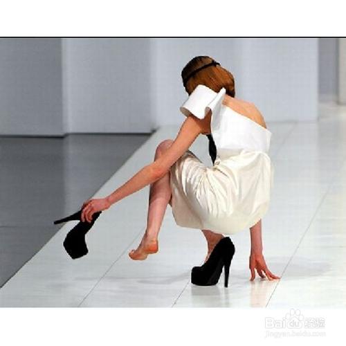 高跟鞋扭伤脚怎么办图片